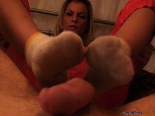 Klarisa dá footjob e fodido vestindo meias sujas