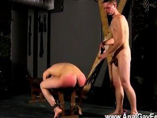 Sexo gay amarrado para o banco com o seu slot no show, cristian muito primeiro