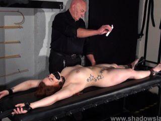 Escravo amador louise em escravidão de calabouço e punições de cera quente