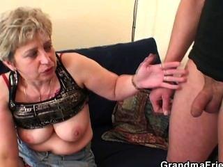 Avó leva dois pênis após a masturbação