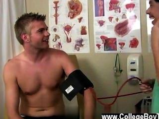 Caras gays, então, uma vez que ele aplica algum lubrificante, seu tubo fica super rock duro