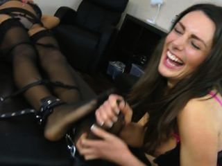 Zoe dá ruby um exercício de cócegas média f / f, brunettes pode ser muito mal!
