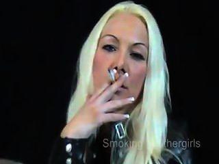 Fumando meninas em calças de couro