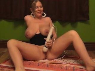 Jogando com brinquedos, fumando e esguichando o suco do boob dos titties enormes!