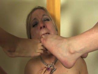 Footslut dominado por duas amantes