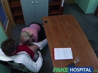 Loira fakehospital seduz médico para obter o seu próprio caminho