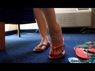 Pés sexy em chinelos pintados dedos
