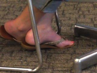 Pés e dedos do pé loucos em chinelos