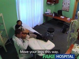 O paciente magro peito perfeito do fakehospital ama a cura do galo dos doutores