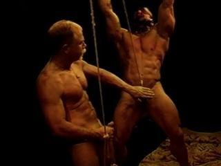 Eu tenho um bodybuilder enorme na escravidão quando eu bash suas esferas.
