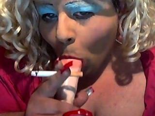 Sissy diane adora fumar e chupar