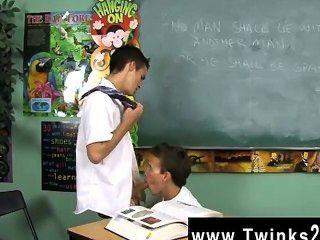 Surpreendente cena gay dustin revela e página leo são dois schoolboys preso em