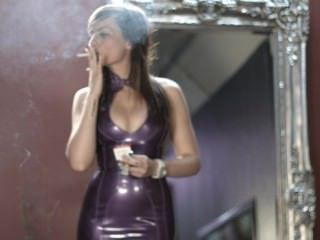 Menina, fumar, forte, cigarros, roxo, látex, Vestido