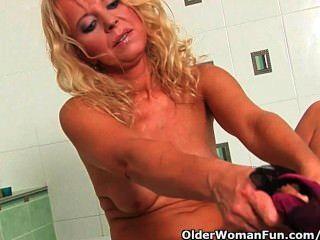 Mais de 50 granny em luxúria masturbates no banheiro