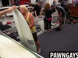 Surfer hunk tenta fazer um acordo na loja de penhores