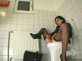 Menina masturbates no banheiro