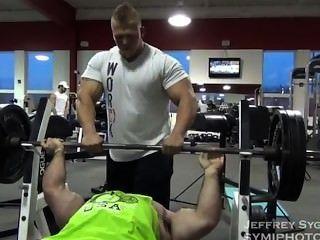 Offseason 250lbs bodybuilder formação e posando