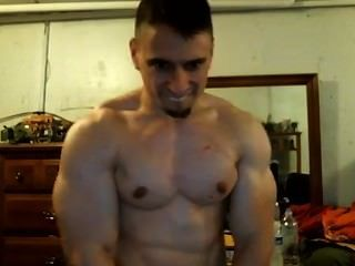 Tony d cocky bodybuilder flexiona seu bíceps e exige que você envie-lhe alguns