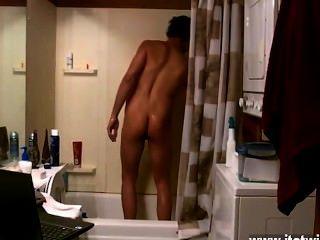 Cena gay surpreendente alguns companheiros cantam no chuveiro, outros acariciam o jizz