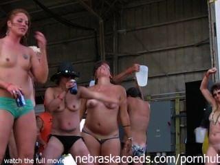 Pintainhos deslumbrantes do motociclista que obtêm inteiramente nu na competição molhada do tshirt de Iowa