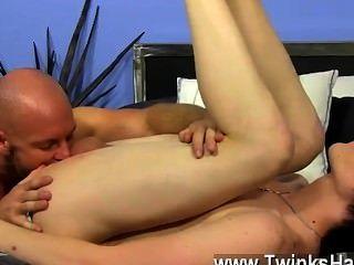 Gays xxx o jovem começa a balbuciar com sua vara em seus cut offs e
