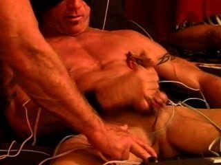 Cbt electrostim em meu musculoso muscular e pendurado broto com cum.
