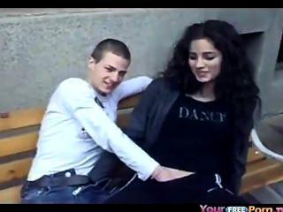 Adolescente deixa 2 amigos jogar com sua buceta em público