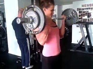 Adolescente, menina, georgina, bombeando, grande, bíceps