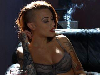Becky fumando todos os 100s brancos em lingerie