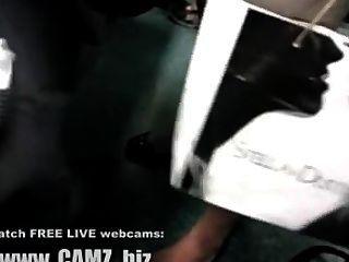 Pernas do músculo feminino em ônibus webcams