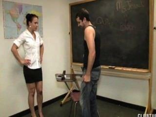 Punição handjob na sala de aula