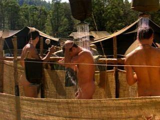 Bryan marrom nu em chuveiro ao ar livre com os outros