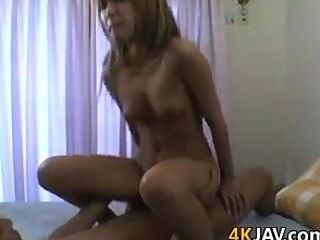 Menina japonesa bonito com um bichano peludo