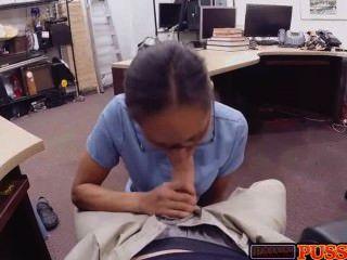 A enfermeira quente engole o galo para o dinheiro