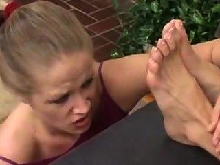 Menina adora seus patrões pés sujos