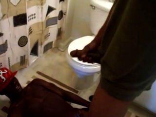 Jacking fora na sala de banho de suposição