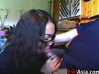 Nerdy asiática menina dando um blowjob