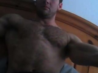 Deus peludo amarrado mostrando armpits quentes