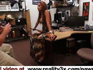 Pornografia real do spycam: a cadela louca trouxe em uma arma, ela ainda começ fodida