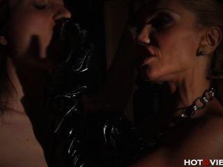 Palmada de mama de couro e dedo fodendo seu escravo