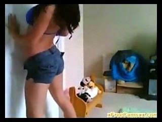 Menina da faculdade com grandes danças do corpo na câmara web viva