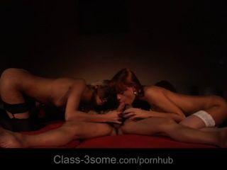Dois salacious e sensual babes estragar um galo em um lustful 3some
