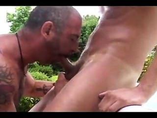 Pai e filho fodem no jardim