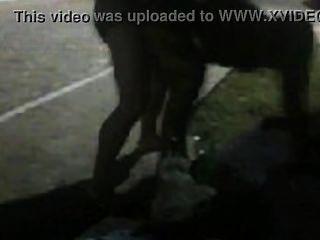 Mulher por rola, dando pra um macho pauzudo no meio da rua ...