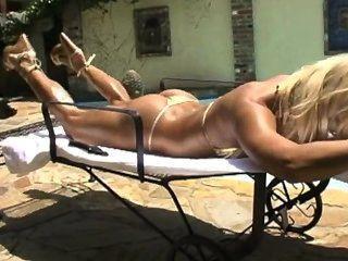 Ashley lawrence corpo incrível em biquíni de ouro