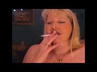 Milf fumar e fumar e cums em um sybian