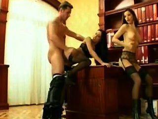 Angel dark se folla um chefe com outra empregada.