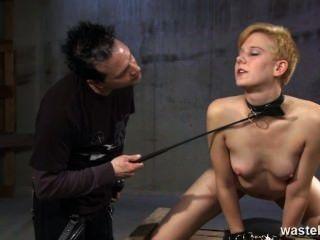 O escravo do sexo do ginger é chicoteado e chicoteado para seu prazer