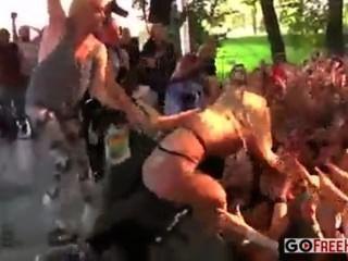 Alguns pintainhos aleatórios obtêm nu no estágio em um concerto