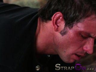 Strapon ele obtém sua bunda fucked por rachel evans